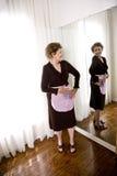 Tragendes Vorfeld der älteren Frau Lizenzfreie Stockfotos