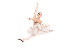 Tragendes weißes Ballettkleid der Ballerina im Sprung Stockbild