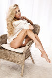 Sexy junges blondes Mädchensitzen, entspannend. Lizenzfreies Stockfoto