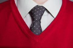 Tragendes weißes Hemd des Mannes, rote Strickjacke Stockbild