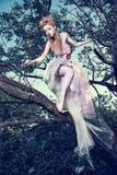Tragendes weißes Kleid der Dame mit Rosen im Holz stockbilder
