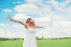 Tragendes weißes Kleid der jungen hübschen Frau des Frauenlebensstilkonzeptes Stockbilder