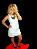 Tragendes weißes Kleid der reizvollen Frau Lizenzfreies Stockfoto