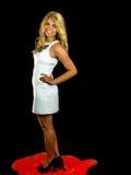 Tragendes weißes Kleid der reizvollen Frau Lizenzfreies Stockbild