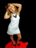 Tragendes weißes Kleid der reizvollen Frau Lizenzfreie Stockfotografie