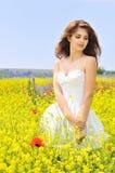 Tragendes weißes Kleid des Mädchens auf dem Gebiet Lizenzfreies Stockfoto