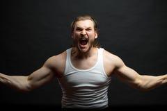 Tragendes weißes Unterhemd des wütenden Bodybuilders weg schreiender Mann sein Kopf stockbilder