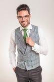 Tragendes weißes Hemd des Geschäftsmannes, graue Weste und grüne Bindung Stockfoto