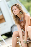 Tragendes Zubehör des attraktiven blonden Frauenmode-modells Lizenzfreie Stockbilder