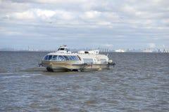 Tragflügelboot, folgend von St Petersburg zu Peterhof, im Golf Stockfotografie
