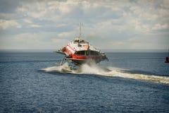 Tragflügelbootboot auf Wasser Lizenzfreie Stockfotos