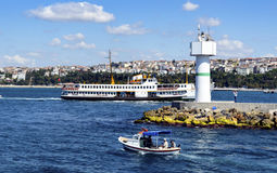 Traghetti a Costantinopoli Costantinopoli, frangiflutti costiero Li di Haydarpasa Fotografia Stock