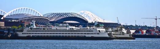 Traghetti di Seattle Washington alla montagna Immagini Stock