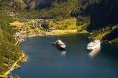 Traghetti e villaggio di Geiranger veduti dalla vista aerea, Sunnmore, Romsdal, Norvegia immagini stock