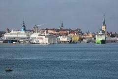 Traghetti nel porto del passeggero di Tallinn, Estonia Fotografie Stock Libere da Diritti