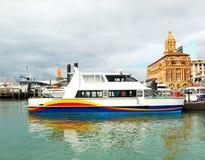 Traghetto al porto di Auckland immagini stock libere da diritti