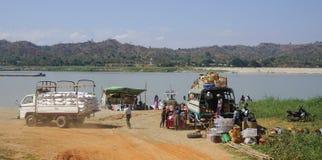 Traghetto aspettante della gente attraverso il fiume fotografia stock libera da diritti