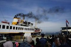 Traghetto aspettante della gente a Costantinopoli Fotografia Stock