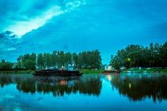 Traghetto attraverso il fiume nelle prime ore del mattino Immagini Stock Libere da Diritti