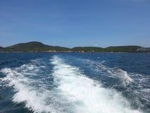 Traghetto blu di behide del cielo e del mare Fotografia Stock