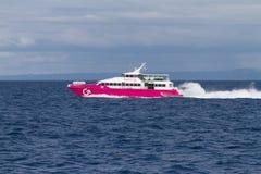 Traghetto che accelera dopo l'isola di Bohol, Filippine fotografia stock