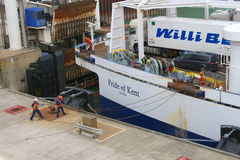 Traghetto che arriva al porto Fotografie Stock Libere da Diritti