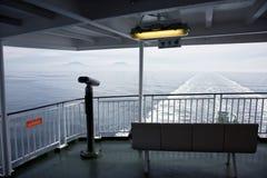 Traghetto che lascia un risveglio dietro Fotografia Stock