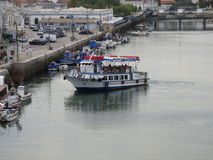 Traghetto che manovra sul fiume Gilao Tavira immagini stock libere da diritti