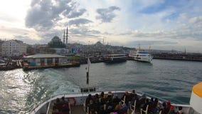 Traghetto che parte dal pilastro di Eminonu a Uskudar con i passeggeri messi, Costantinopoli, Turchia stock footage