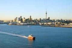 Traghetto che passa dal porto di Auckland immagini stock libere da diritti