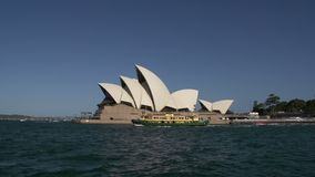 Traghetto che passa dal teatro dell'opera a Sydney stock footage