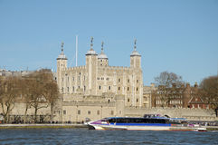 Traghetto che passa torre di Londra Fotografie Stock Libere da Diritti