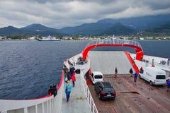 Traghetto che si avvicina all'isola greca di Thassos, Grecia immagini stock libere da diritti