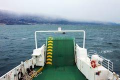 Traghetto che viaggia attraverso il mare Immagini Stock Libere da Diritti