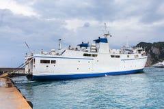 Traghetto con calma in un porto Immagini Stock