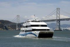 Traghetto con il ponticello di San Francisco Bay immagini stock libere da diritti