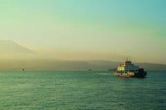 Traghetto con l'isola nei precedenti Immagine Stock