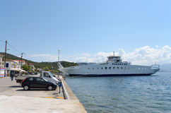 Traghetto dei traghetti di Edipsos a porto Immagine Stock