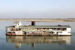 Traghetto del carico sul fiume di Irrawaddy fotografie stock