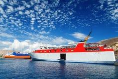 Traghetto del mare del passeggero di due Greci di traffico marittimo regolare di Dodekanisos in baia dell'isola di Simi ai preced fotografie stock