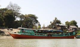Traghetto del passeggero sul fiume di Irrawaddy fotografia stock