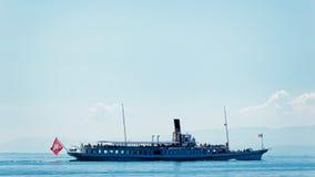 Traghetto dell'acqua con la bandiera dello svizzero al lago Lemano a Losanna Fotografie Stock Libere da Diritti