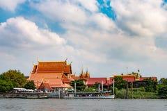 Traghetto dell'acqua con la gente al tempio fotografie stock libere da diritti