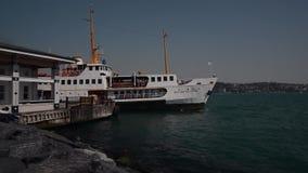 Traghetto della nave a vapore che lascia dal porto con i passeggeri a Costantinopoli Bosphorus stock footage