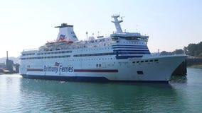 Traghetto di Brittany Ferries Bretagne che lascia san Malo Port video d archivio