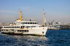 Traghetto di Costantinopoli davanti al ponte di Galata Fotografia Stock