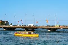 Traghetto di escursione in ponte del lago e di Bergues geneva con le bandiere Immagine Stock