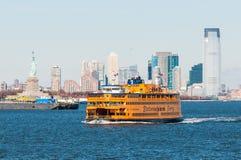 Traghetto di New York con la statua della libertà Fotografia Stock Libera da Diritti
