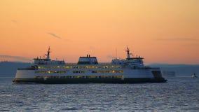 Traghetto di Seattle che passa vicino