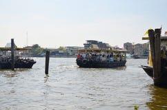 Traghetto di uso della gente per l'attraversamento del Chao Phraya River a Bangkok Tailandia Immagini Stock Libere da Diritti
